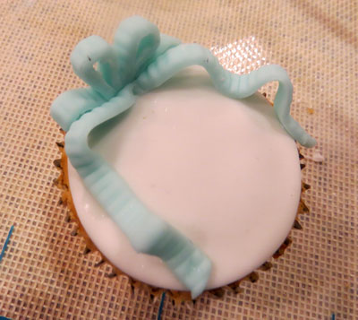 fondant bow on cupcakes